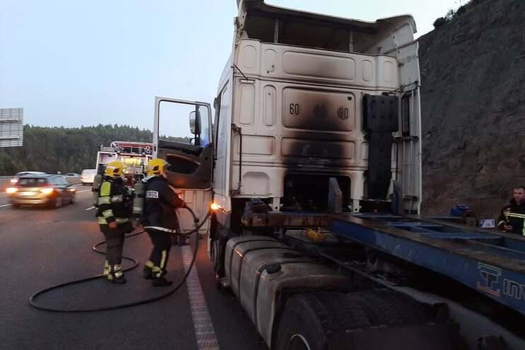 Um camião ardeu na A3, no sentido norte-sul, na zona de Covelas, Trofa, ao final da tarde de sexta-feira