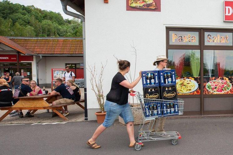 Vila compra toda a cerveja disponível em protesto contra festival neonazi