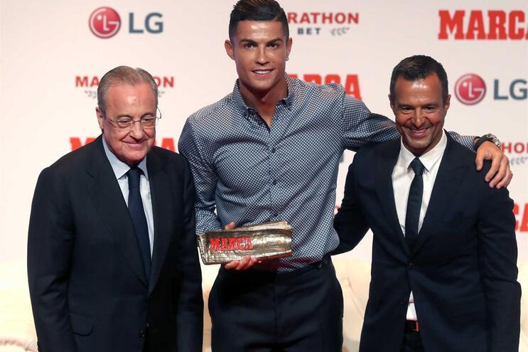 Cristiano Ronaldo, aqui ladeado por Jorge Mendes e Florentino Perez