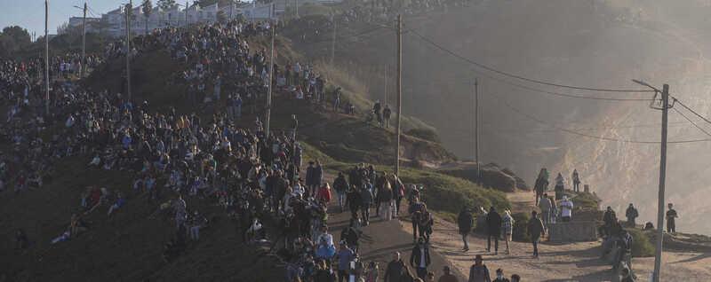 A afluência descontrolada de pessoas obrigou a Proteção Civil a montar um dispositivo de segurança