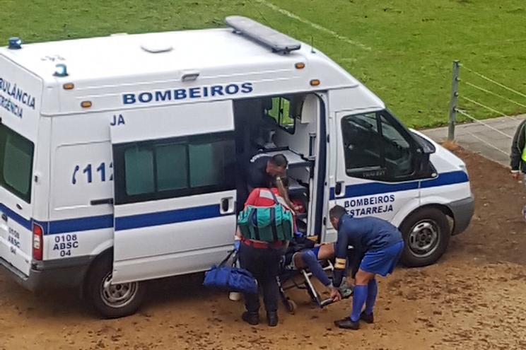 Petardo atirado para o banco de suplentes fere jogador em Estarreja