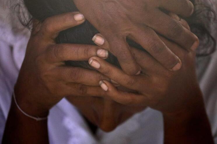 Uma mão cingalesa chora a morte do filho, de 13 anos