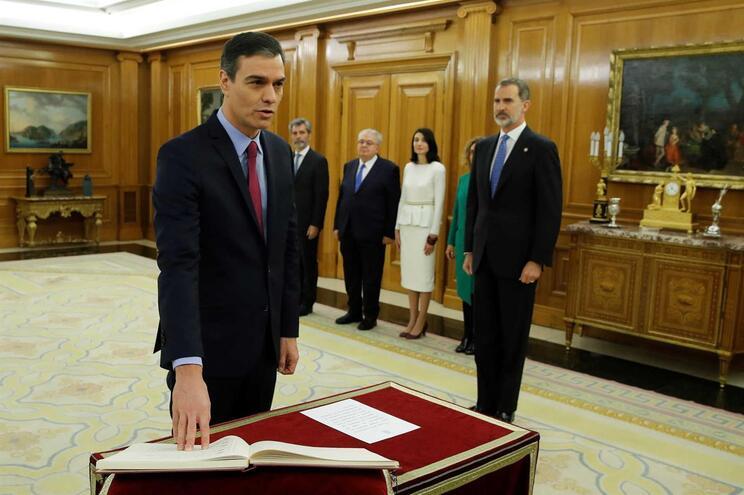 O primeiro-ministro espanhol Pedro Sánchez na cerimónia de juramento perante o rei Felipe VI