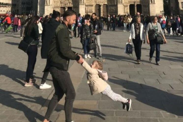 Família fotografada em Notre-Dame encontrada após busca viral na Internet