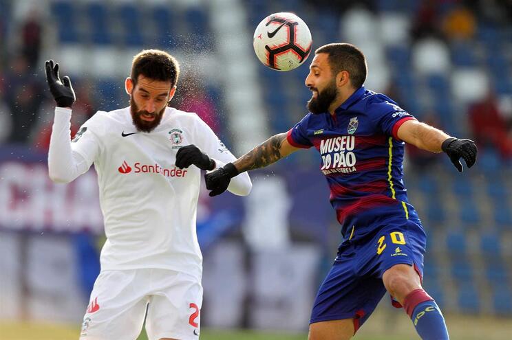 Gamboa e Costinha lutam pela posse de bola