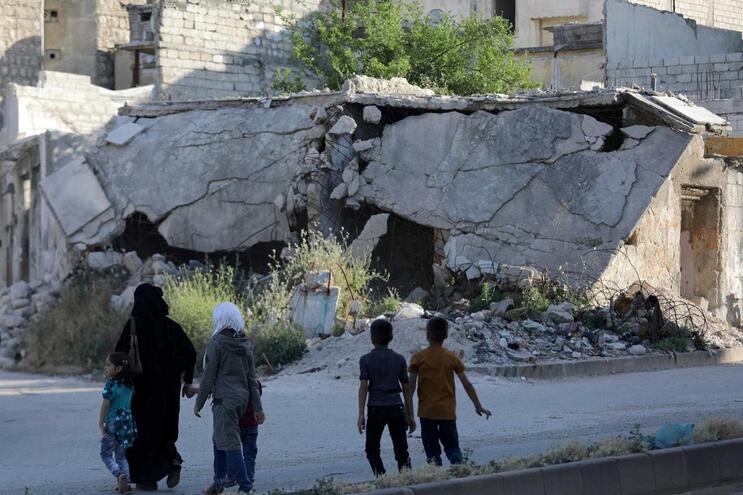 Ataque russo na Síria mata oito civis, entre os quais cinco crianças