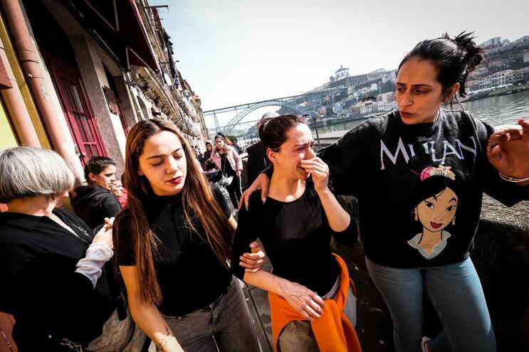 Joana Pacheco, ao centro, foi despejada na sexta-feira