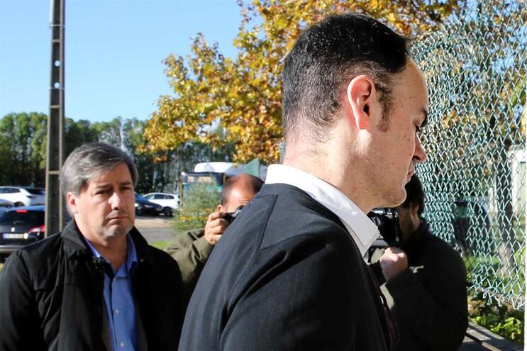 Bruno Jacinto entra no Tribunal de Monsanto sob o olhar de Bruno de Carvalho
