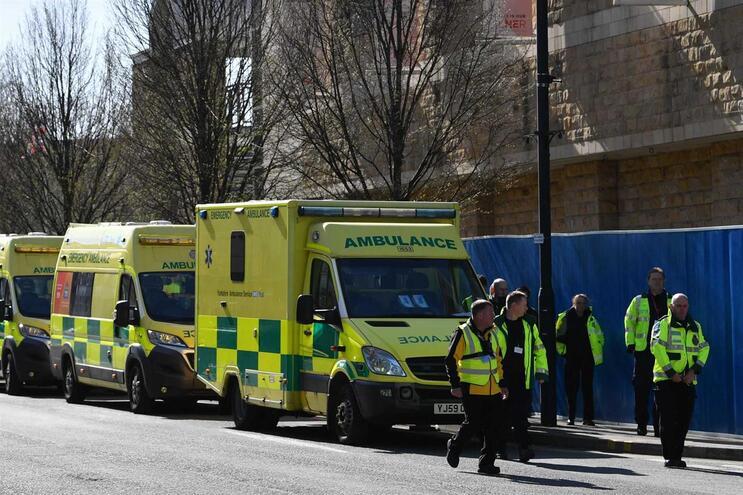 Mais de 5300 pessoas morreram com Covid-19 no Reino Unido