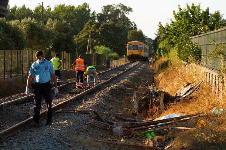 Acidente entre um comboio e um ligeiro de mercadorias provocou um morto na localidade de Gândara dos