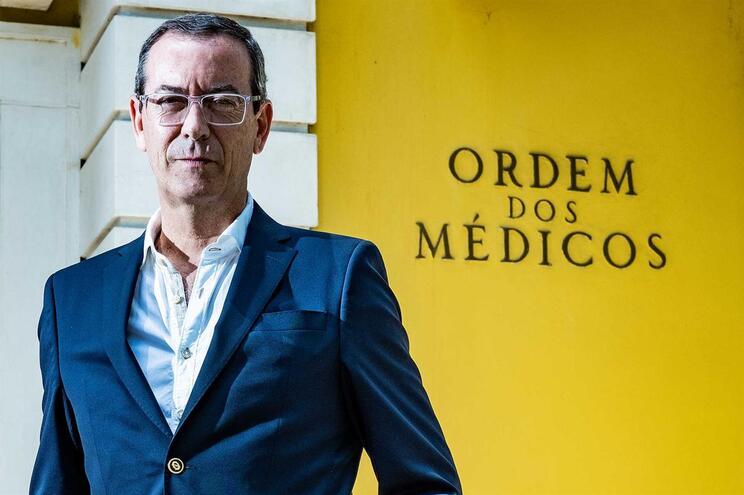 """Miguel Guimarães, bastonário da Ordem dos Médicos, diz que """"não cabe na cabeça de ninguém ter terapias"""