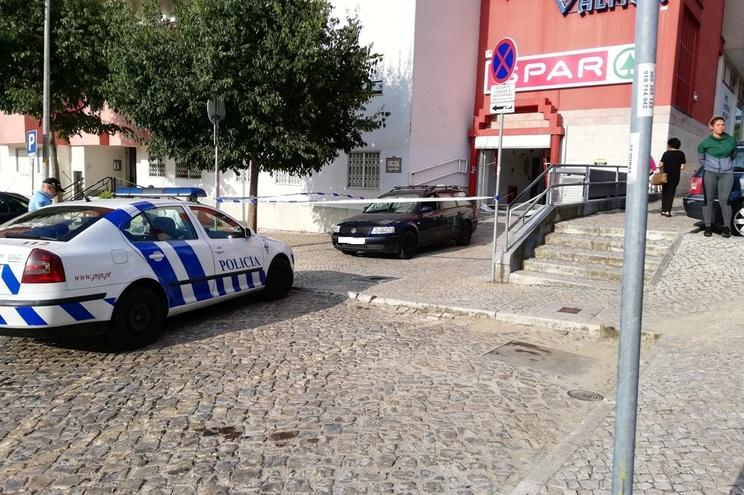 Assalto relâmpago a supermercado rende seis mil euros em Cascais