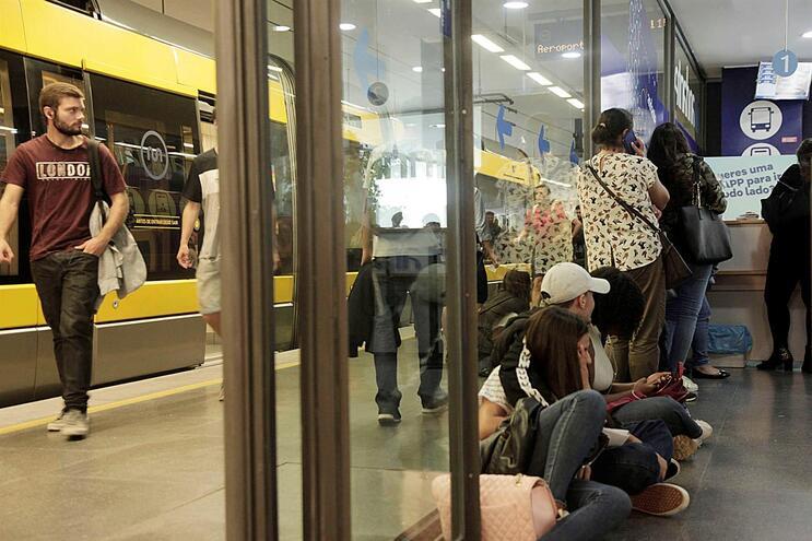 """Autocarros e metro do Porto """"abarrotar"""" em horas de ponta"""