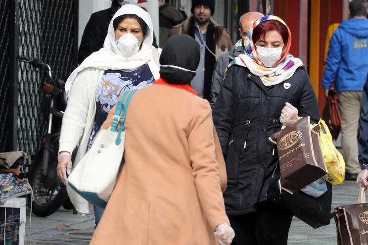 População com máscaras nas ruas de Teerão