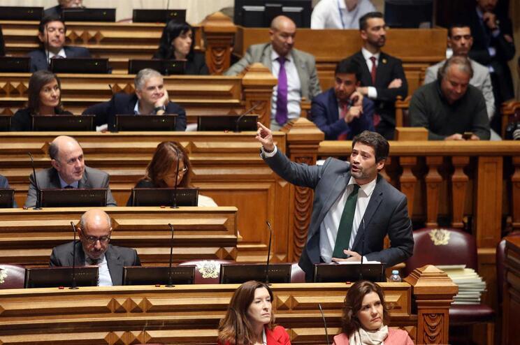 Líder do Chega mostra no Parlamento faturas de polícias que compraram material