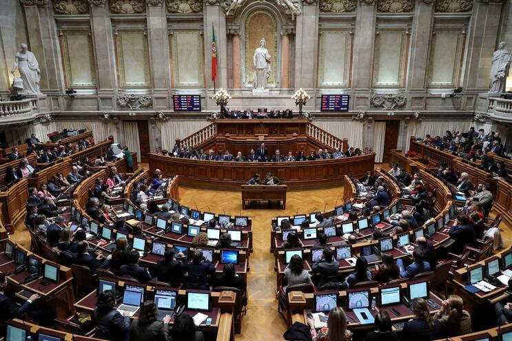 IL e Chega querem ouvir explicações da PGR no parlamento
