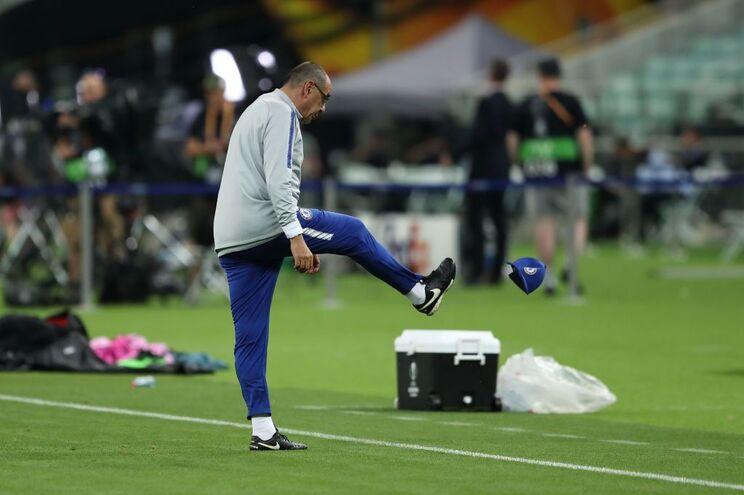Sarri perde a paciência após discussão entre Higuaín e David Luiz