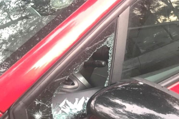 Os ladrões quebraram vidros das viaturas assaltadas