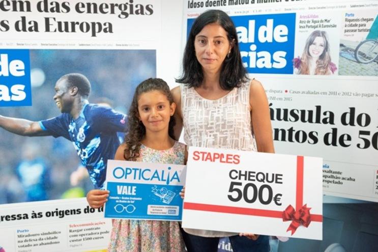 Yasmine e a mãe Cláudia Ridaoui com os vales da Staples e da Opticalia