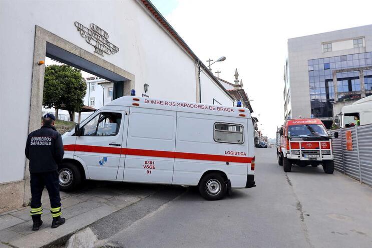 Os Bombeiros Sapadores foram acionados para desinfetar o Lar Asilo de São José