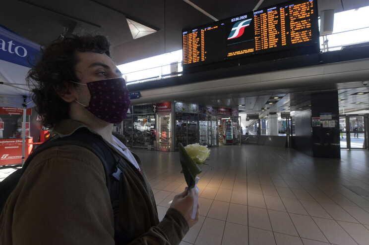 Homem espera na zona das chegadas no aeroporto de Nápoles, em Itália