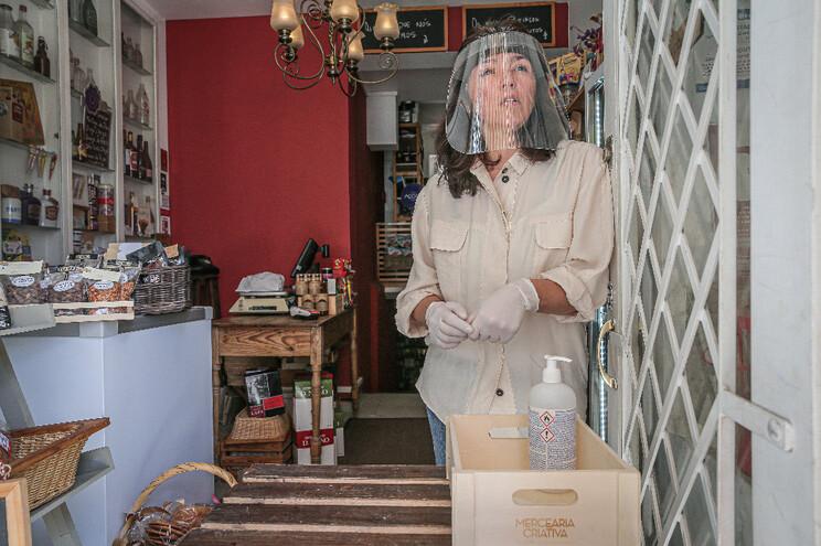 Rita Ferreira num balcão improvisado à porta da mercearia