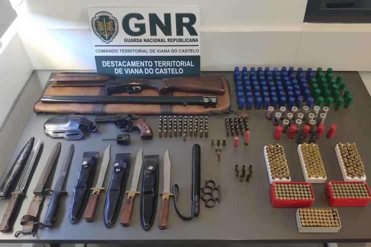 Suspeito de violência doméstica detido por posse de várias armas proibidas