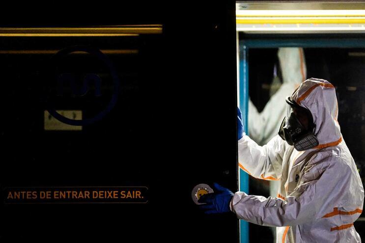 No interior dos veículos e nas estações será obrigatório o uso de máscara