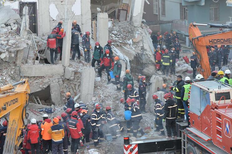 O sismo, com magnitude de 6,8 e epicentro numa zona rural da província de Elazig, fez cerca de 1600 feridos