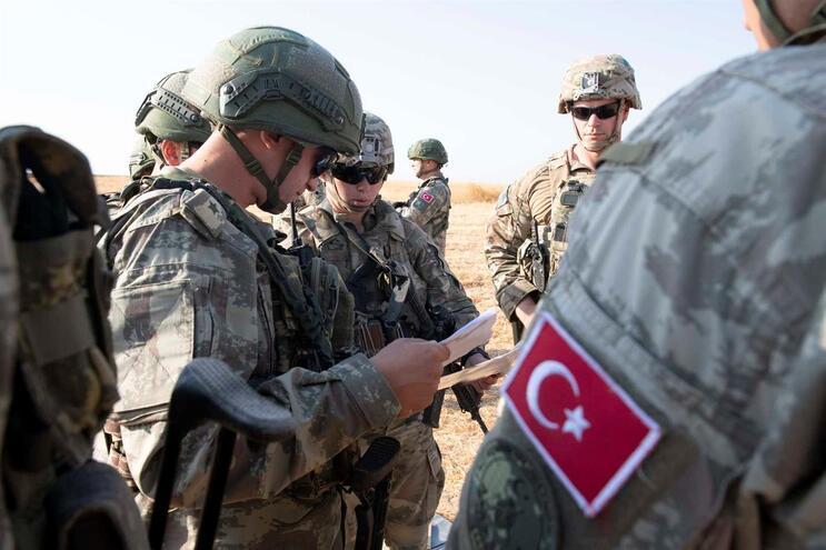 Forças turcas e americanas durante um exercício conjunto, a 4 de outubro, no nordeste da Síria