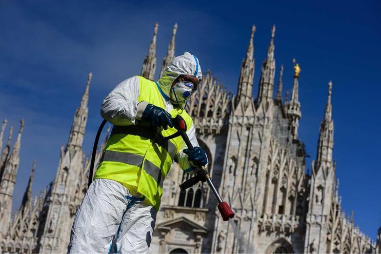 Equipa de desinfeção nas ruas de Milão, em Itália