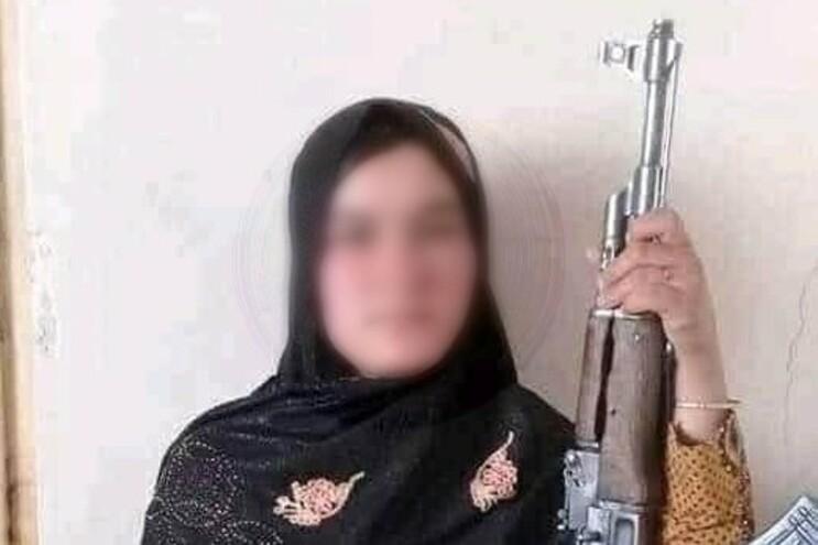 Nooria, de 15 anos, com a AK-47 do pai