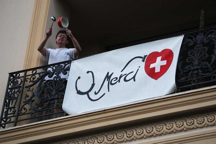 Mensagem de apoio aos profissionais de saúde, em Nice
