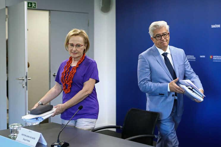 O Secretário de Estado da Saúde, António Lacerda Sales, acompanhado pela Diretora-Geral da Saúde, Graça