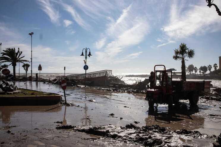 Os estragos são graves nos dois lados da fronteira, com várias aldeias isoladas, devastadas pela água