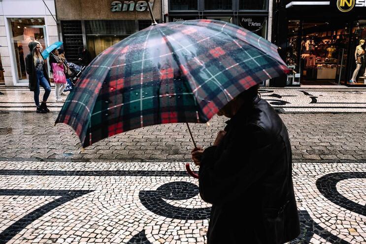 Segunda-feira de chuva e trovoada com máximas de 30 graus