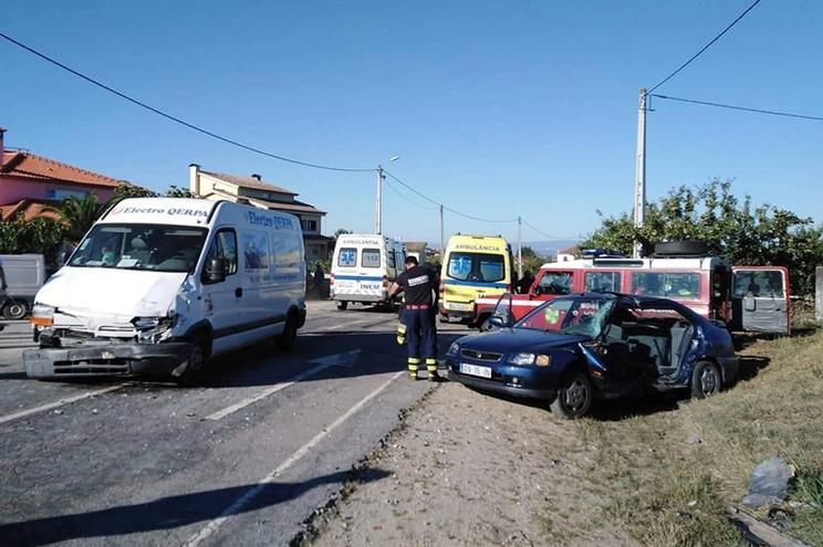 Colisão entre carro e carrinha deixou uma mulher ferida