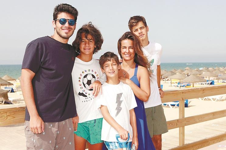 Gil, Mateus, Santiago, Mafalda e João terminaram este sábado uma semana de férias em Vilamoura