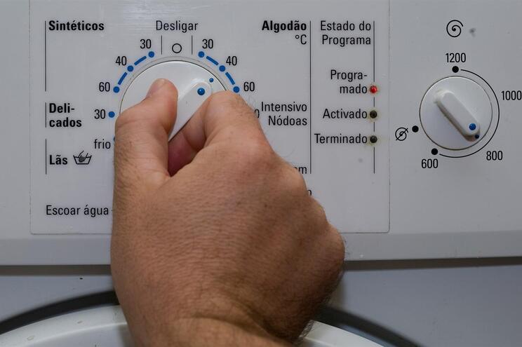 Se alguém em sua casa estiver doente, lave a roupa de cama, toalhas, roupa interior e pijamas a temperaturas