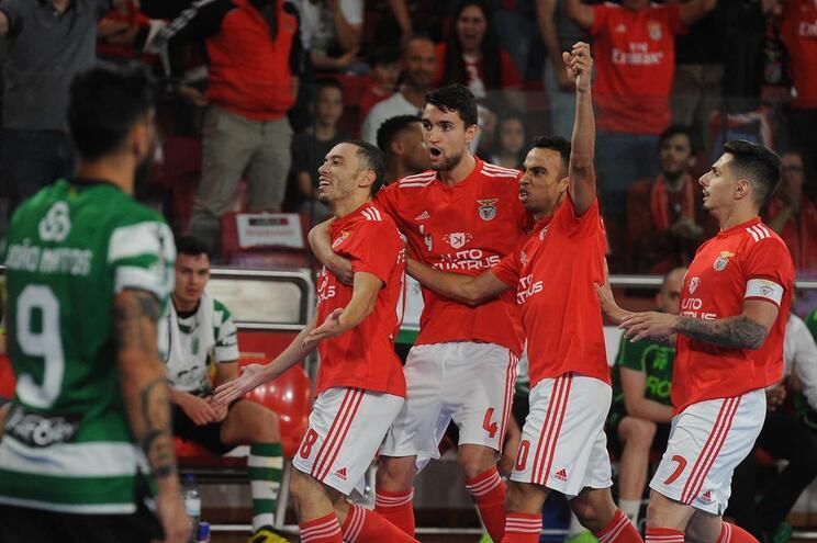 Benfica vence Sporting e assume liderança na final de futsal