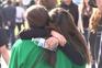 Pais e filhos emocionados após tiroteio numa escola da Califórnia