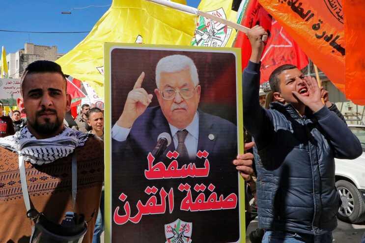 Presidente da ANP, Mahmud Abbas (na foto do cartaz), anunciou a suspensão de todos os acordos com Israel