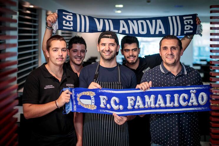 Pedro Freitas (ao centro), cozinheiro, Marco Silva (à direita), proprietário, e staff do restaurante