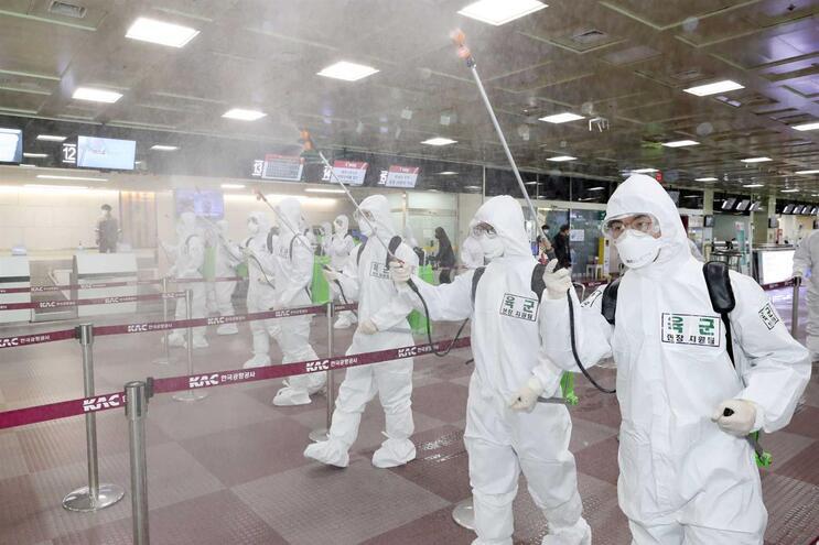 Desinfeção no aeroporto de Daegu. Coreia do Sul é segundo país mais afetado