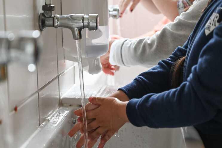 Estudo revela importância de lavar as mãos para reduzir risco de contágio