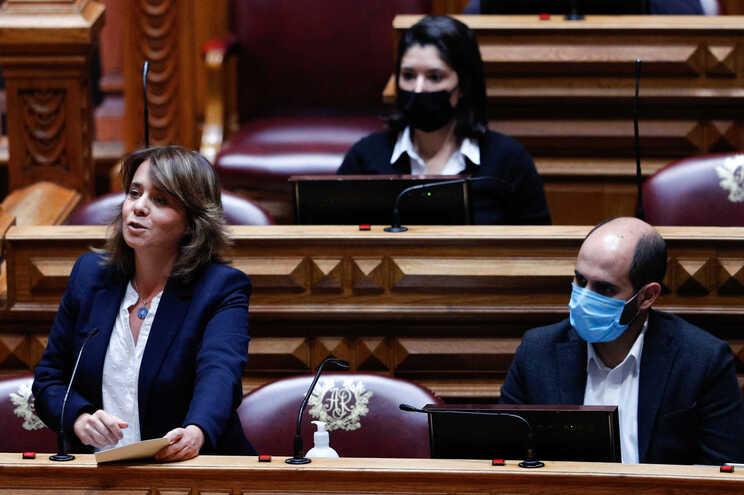 Catarina Martins, coordenadora do Bloco de Esquerda (à esquerda na foto)