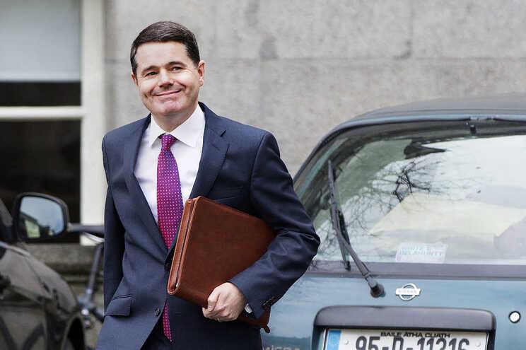 Paschal Donohoe, do partido Fine Gael (Partido Popular Europeu), é ministro das Finanças irlandês desde