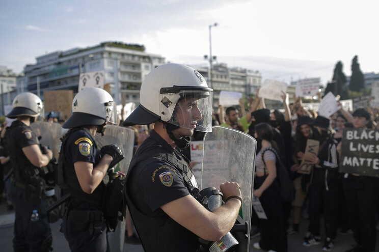 Polícia grega lança gás lacrimogéneo em marcha contra violência policial