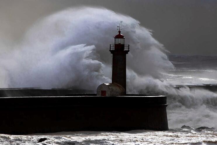Agitação marítima coloca seis distritos sob aviso vermelho