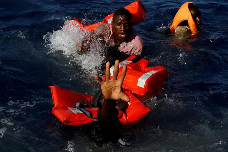 A imagem é de abril de 2017, tirada ao largo da costa da Líbia, mas o drama continua em 2019. No Mediterrâneo